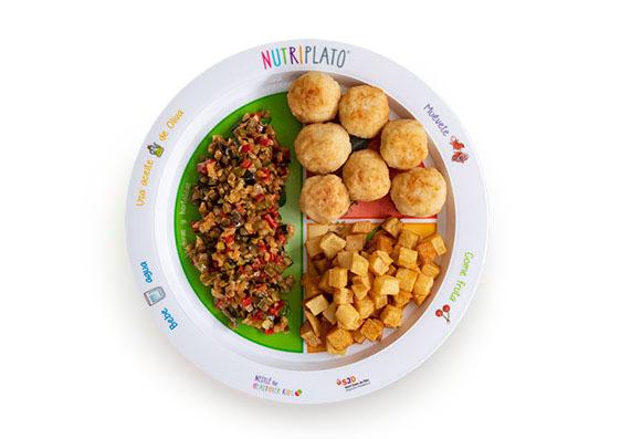 Receta: Albóndigas de pescado con pisto al microondas y patatas a dados