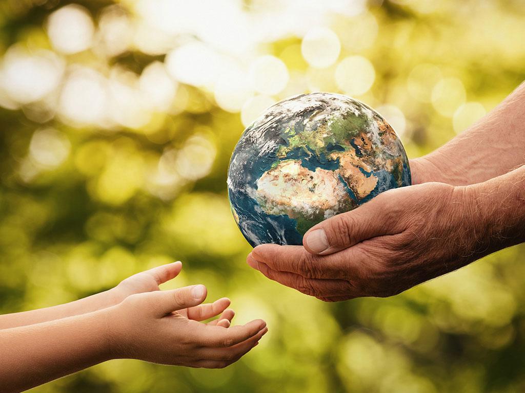 Antiando ntercambiando una esfera del mundo con un joven