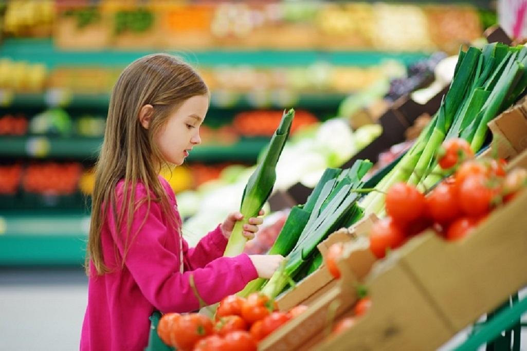 Niña pequeña en el supermercado