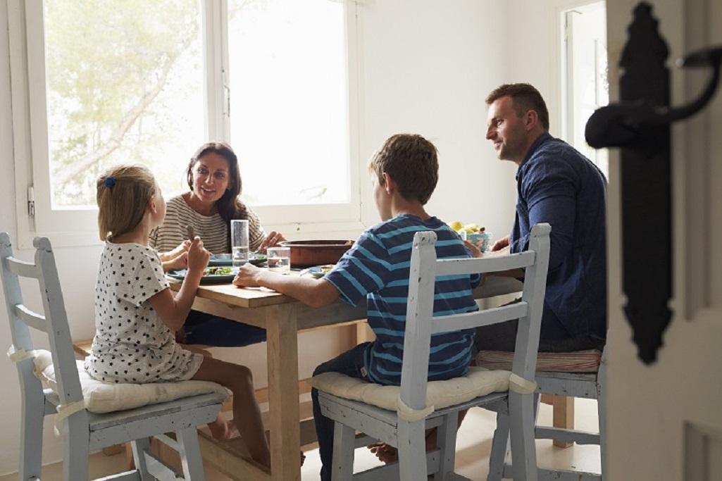 Familia en la mesa comiendo