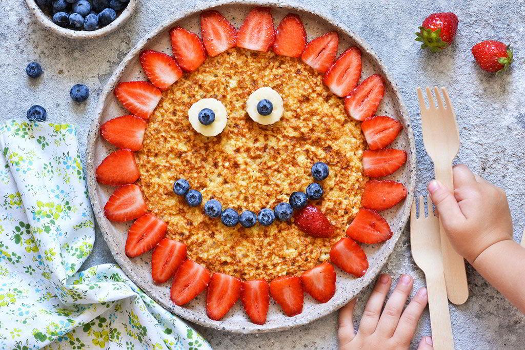 Plato decorado con fruta de forma divertida