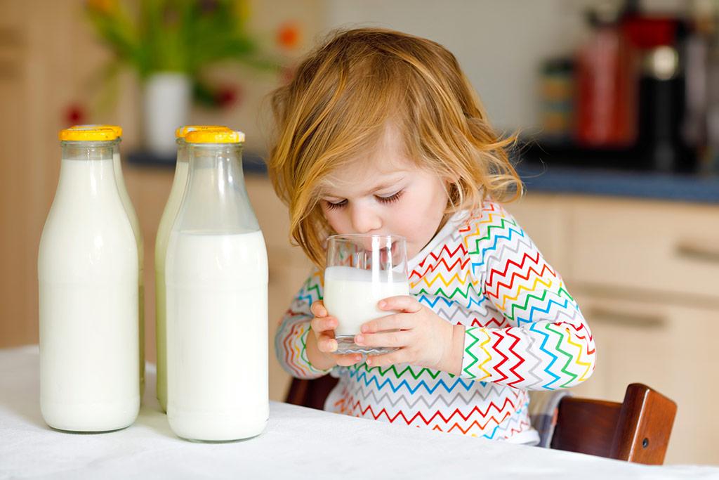 Niña bebiendo leche