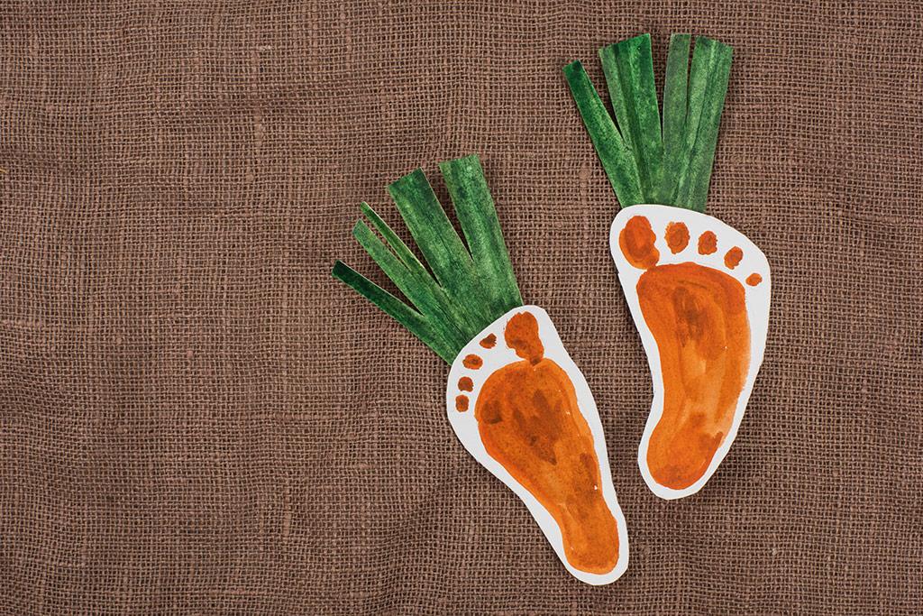 Imagen de zanahorias de papel coloreadas