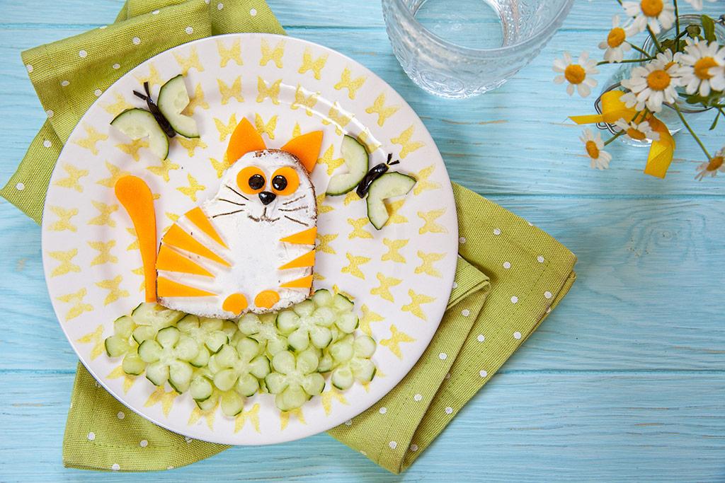 Imagen de un plato de comida con forma de gatito