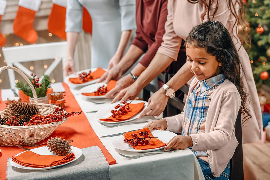 Familia decorando la mesa para Navidad