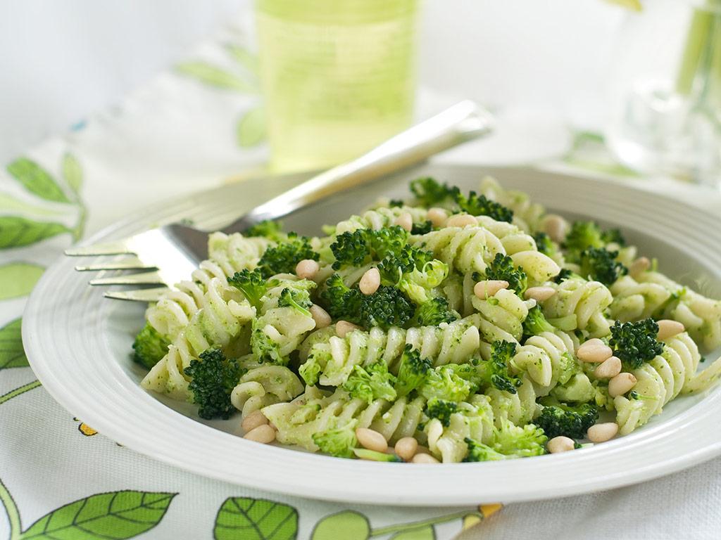 Imagen de un plato de pasta con pesto y brócoli