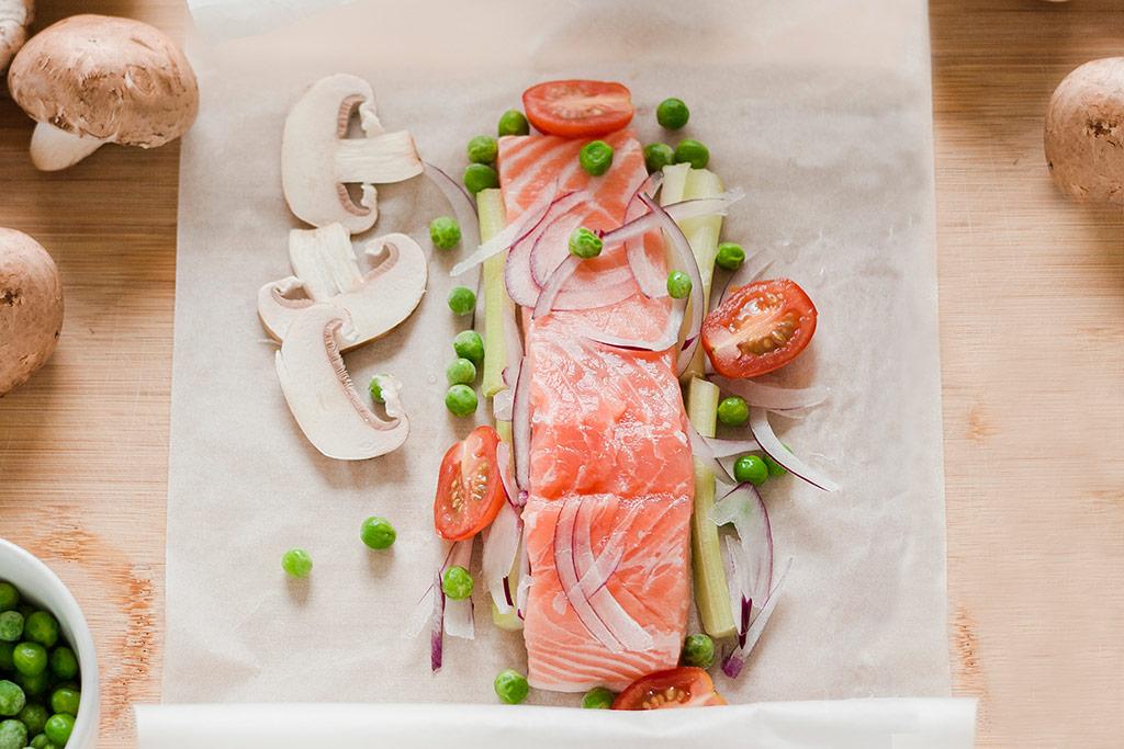 Imagen de los ingredientes para preparar salmón al papillote