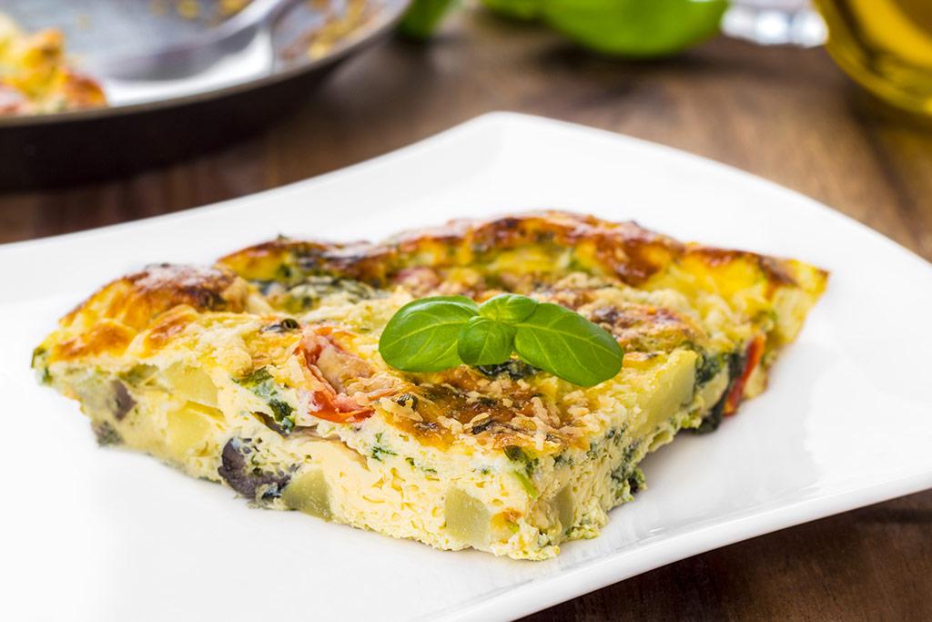 Imagen de un plato de tortilla italiana de verduras